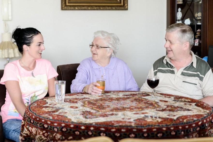 Sandra Bastiaanse (35), Mevrouw Van Mierlo (92) en haar zoon (67)
